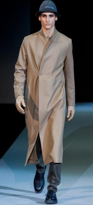 бежевое мужское пальто с запахом.