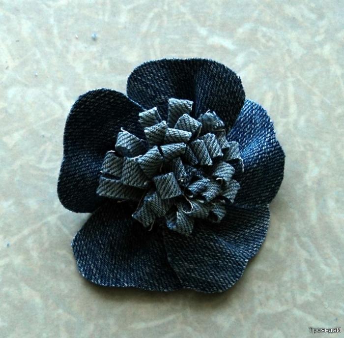 Кружочек пришиваем с изнаночной стороны к середине цветка.