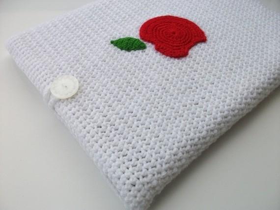 Красное яблоко на вязаном чехле для нетбука - безусловно, такая милая...