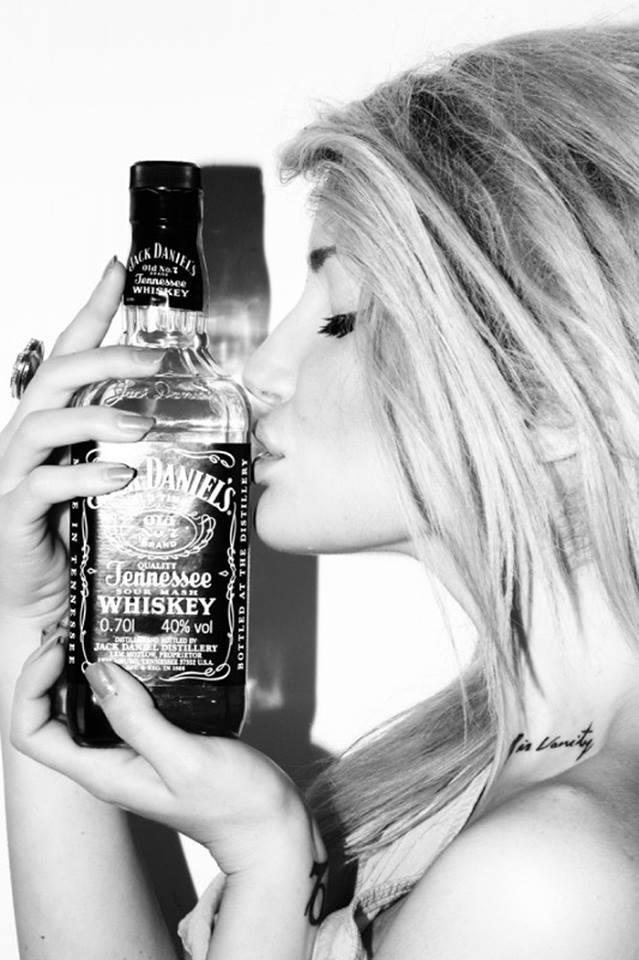 Девушка напилась виски — pic 4